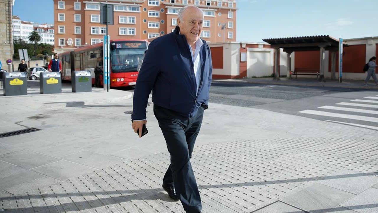 Amancio Ortega, saliendo de su casa del Parrote