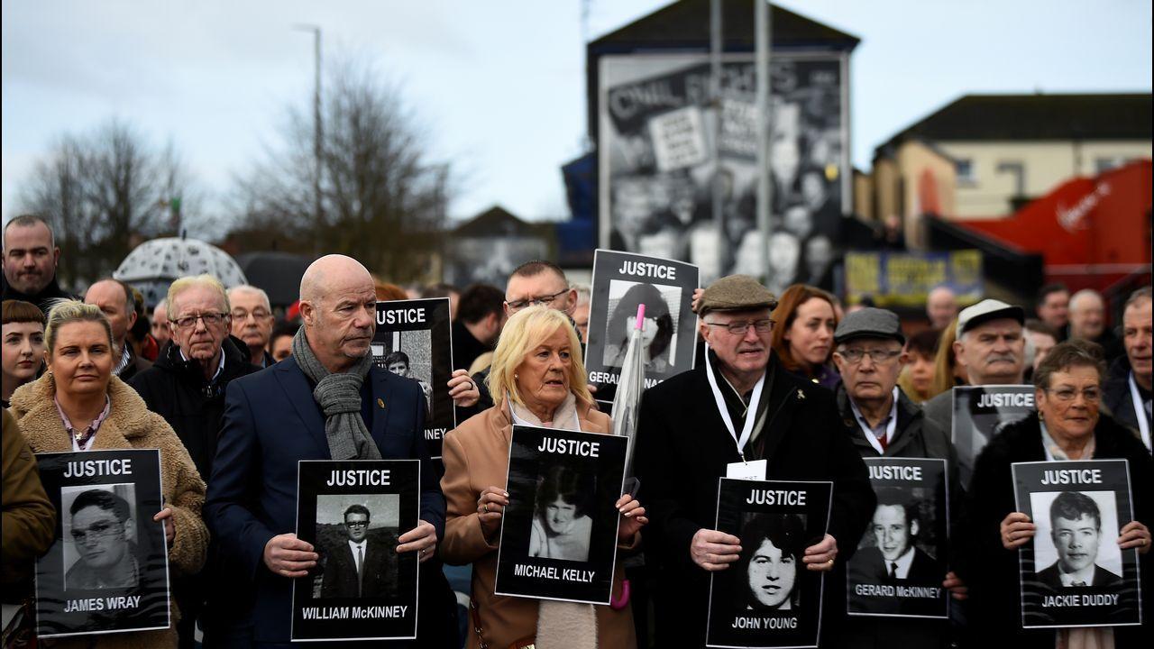 Familias de las víctimas del Domingo Sangriento reunidas en una protesta en Londonderry, Irlanda del Norte