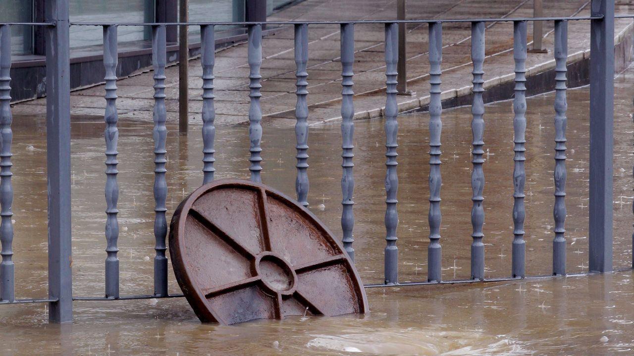 Vista de la rotonda de Cerdeño, en Oviedo, donde se han registrado inundaciones derivadas de las fuertes tormentas de hoy. La cordillera, los Picos de Europa y el litoral oriental asturiano están hoy en alerta amarilla, con una previsión de precipitaciones que podrían alcanzar los 15 litros por metro cuadrado en una hora, informa la Agencia Estatal de Meteorología (Aemet).