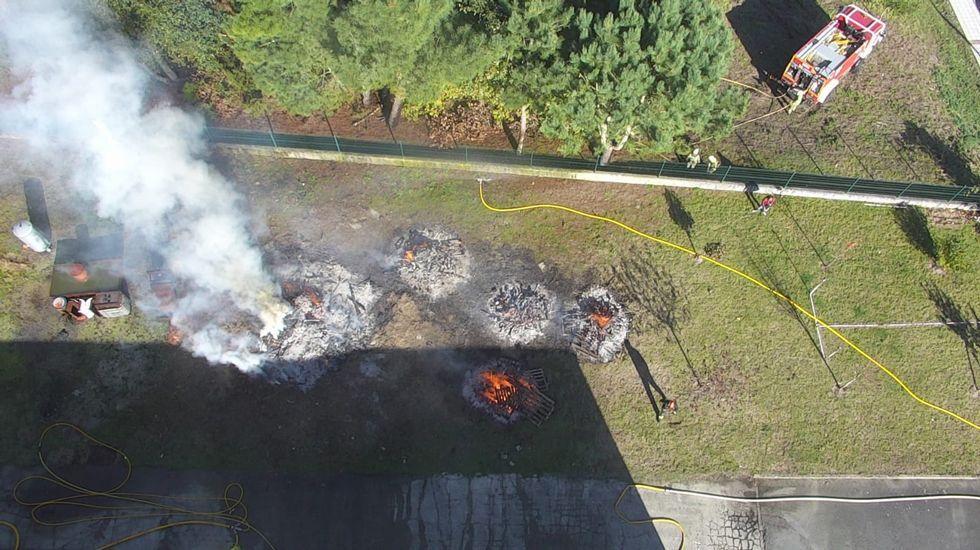 Una quema forestal autorizada provoca un incendio en Suegos. Viveiro.Un helicóptero arroja paja para impedir el arrastre de cenizas