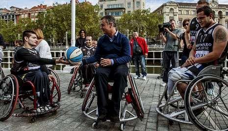 En un acto con deportistas vascos, Urkullu jugó con un equipo de baloncesto de discapacitados.