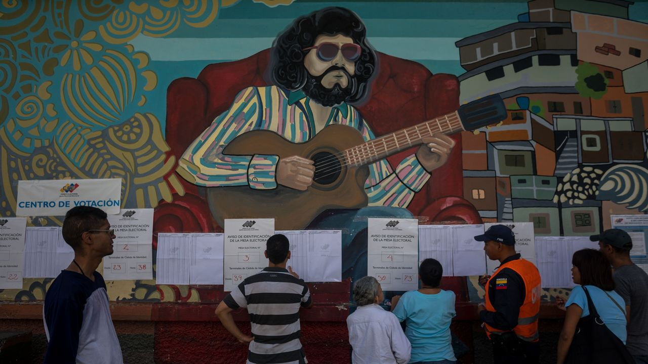 Oficiales colombianos de emigración hablan con Carlos Manuel Pino