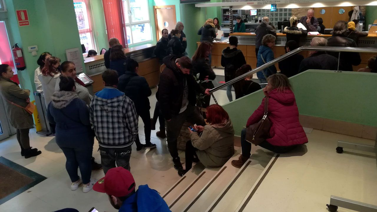 Los pacientes esperan en una de las salas de espera de las consultas externas del HUCA.Colas de demandantes de la Renta Social y las ayudas energéticas en el Ateneo de La Calzada