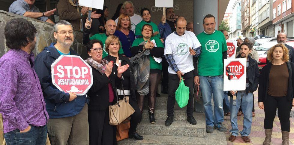 Los alcaldes rebeldes participan en el foroCidades Polo Ben Común.Un momento de la concentración realizada ayer en las puertas del Palacio de Justicia.