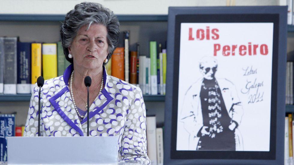 Inés Pereiro nun acto de homenaxe ao seu fillo, o poeta Lois Pereiro, celebrado no 2011 no instituto Río Cabe con motivo do Día das Letras Galegas