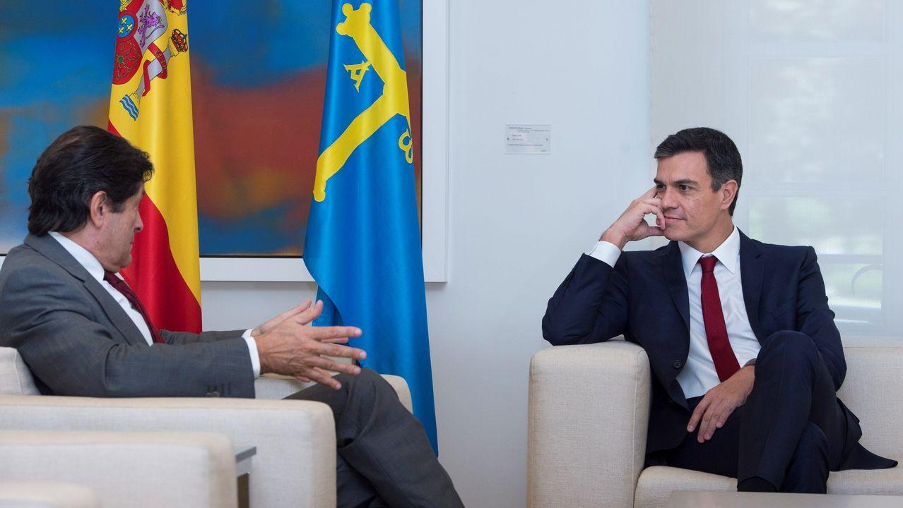 .El presidente del gobierno Pedro Sánchez, durante su reunión con reúne con el Presidente del principado Asturias, Javier Fernández, esta mañana en el Palacio de La Moncloa