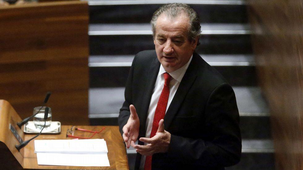 El consejero de Educación, Genaro Alonso, en la tribuna de la Junta General.Nicanor García
