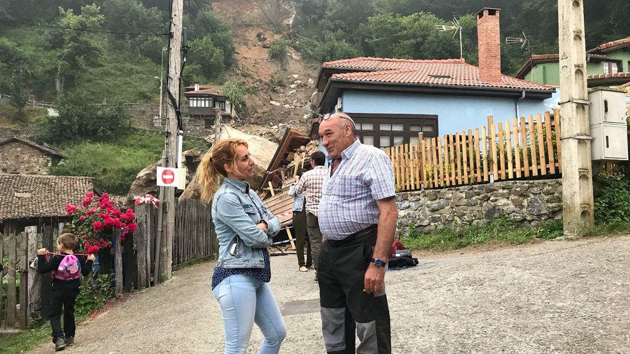 La alcaldesa de Lena, Gema Álvarez, acompañada de Julio Domínguez, vecino del pueblo de La Cortina