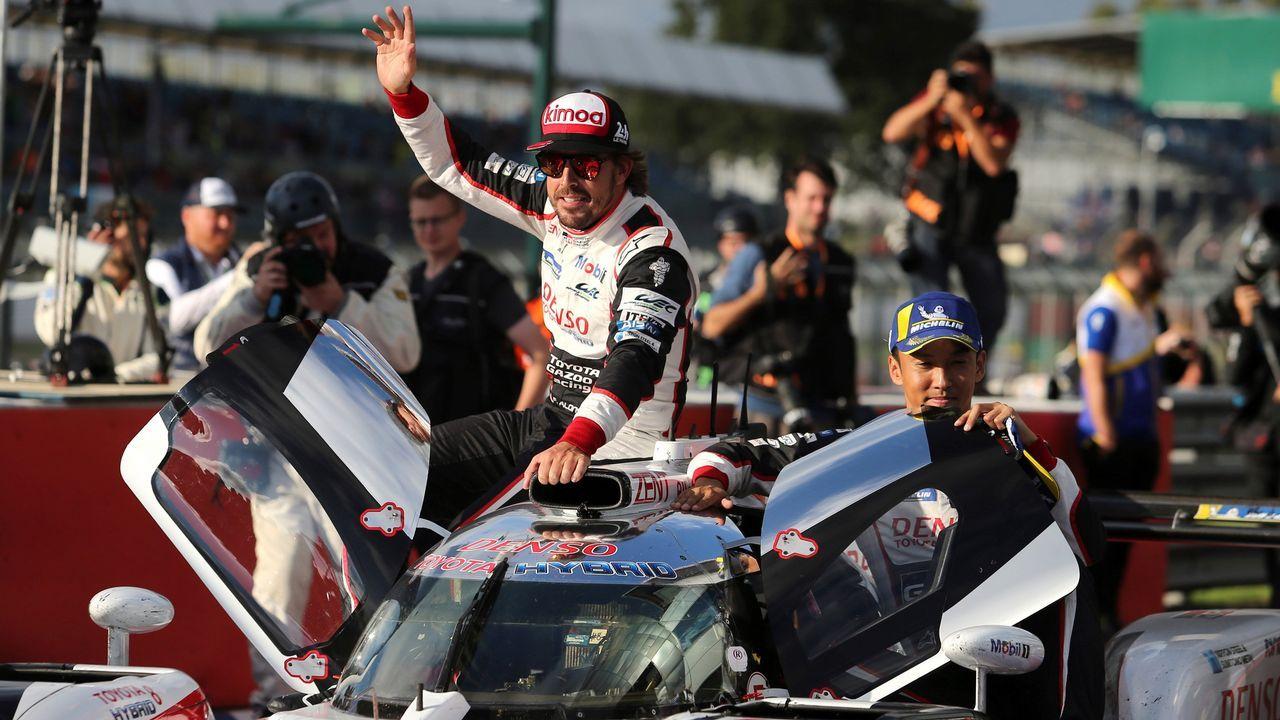 El vuelo del coche de Fernando Alonso.Alonso celebra el triunfo en el circuito británico, ante de conocer la decisión de los jueces