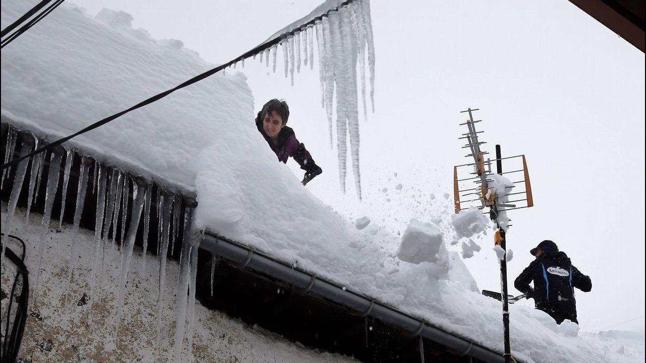 El muerto en El Berrón se desorientó al tratar de escapar del fuego. Vecinos de Pajares (Asturias) retiran nieve del tejado de su casa de 300 años, una de las más antiguas del pueblo.