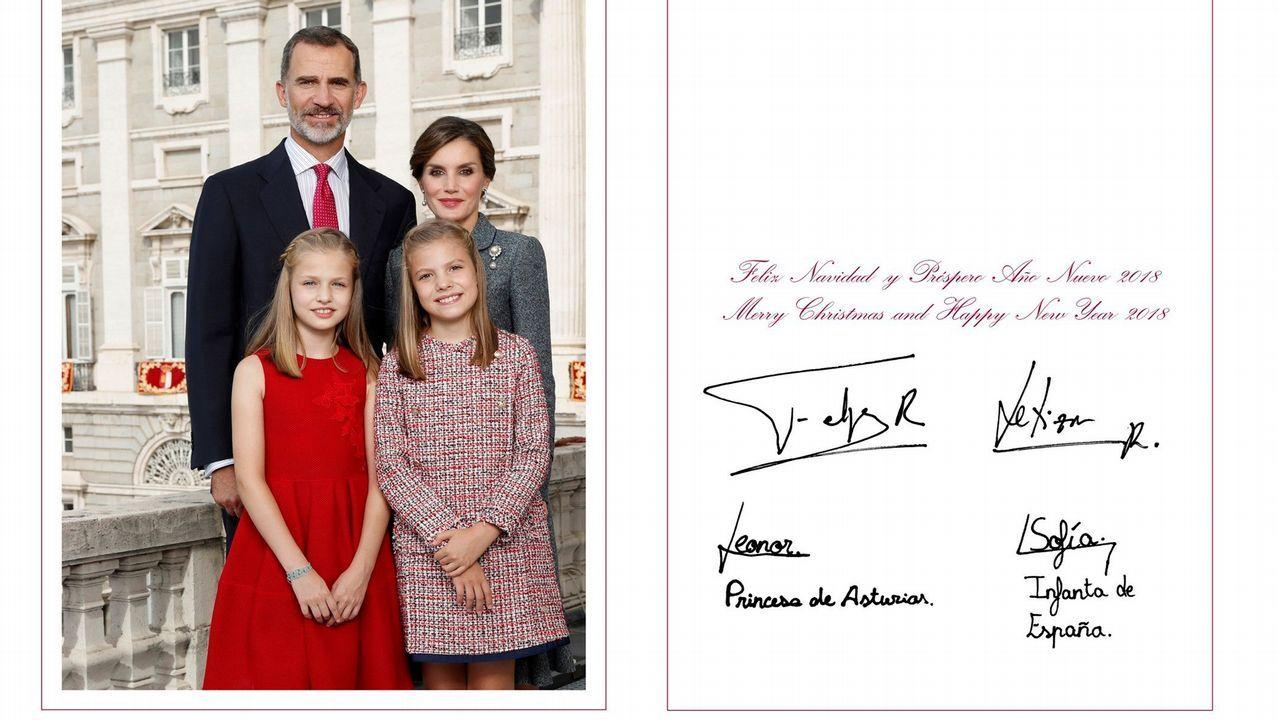 .Fotografía facilitada por la Casa de S.M. el Rey, realizada el día 12 de octubre en el Palacio Real de Madrid, en la que los Reyes, Don Felipe y Doña Letizia, posan junto a sus hijas, Leonor, Princesa de Asturias, y la Infanta Sofía, con la que en 2017 felicitaron la Navidad