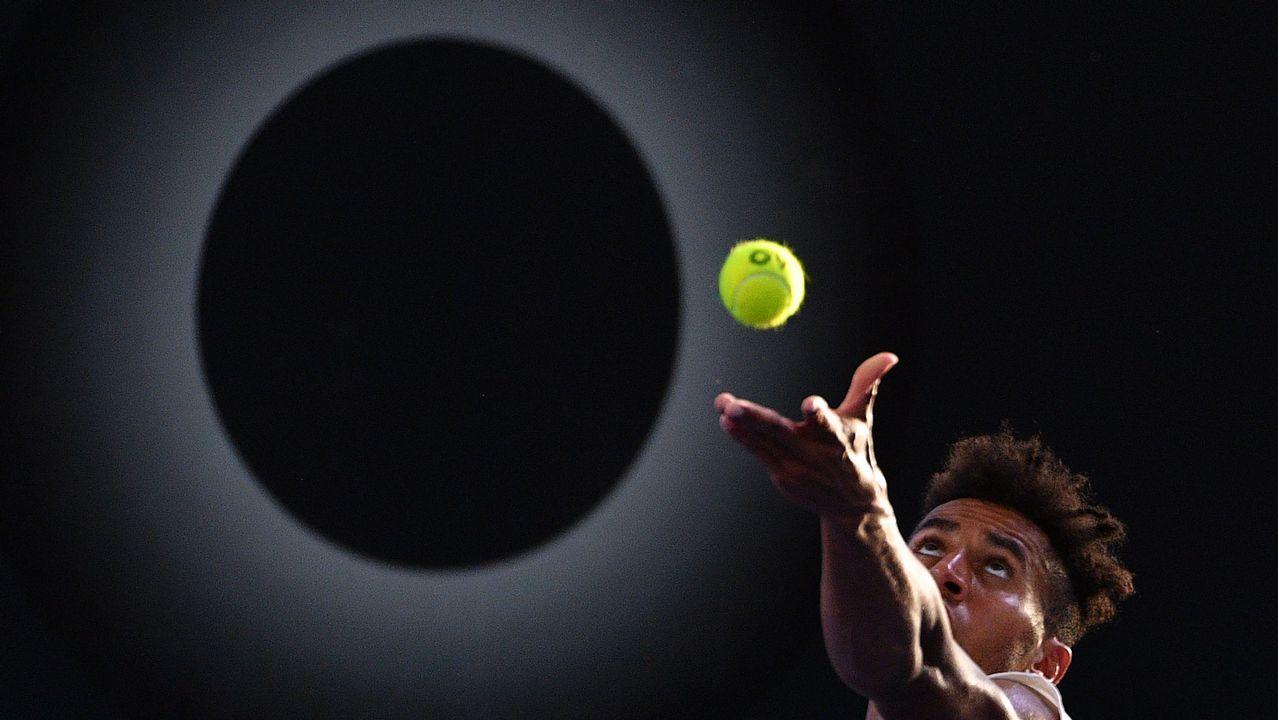 El tenista estadounidense Michael Mmoh saca durante su partido contra Mischa Zverev en Brisbane (Australia)