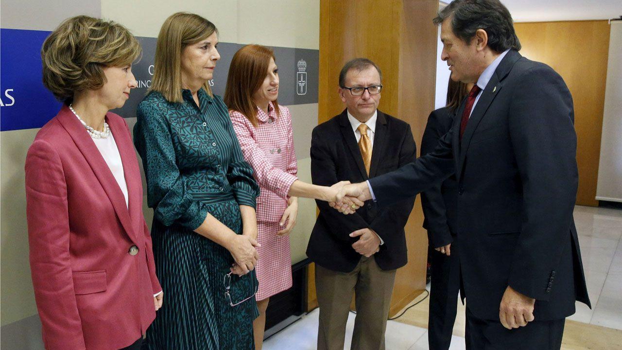 De izquierda a derecha: El presidente del Principado de Asturias, Javier Fernández, saluda a los nuevos vocales del Consejo Consultivo: Begoña Sesma, Dorinda García, Eva María Menéndez, Jesús Enrique Iglesias y María Isabel González.
