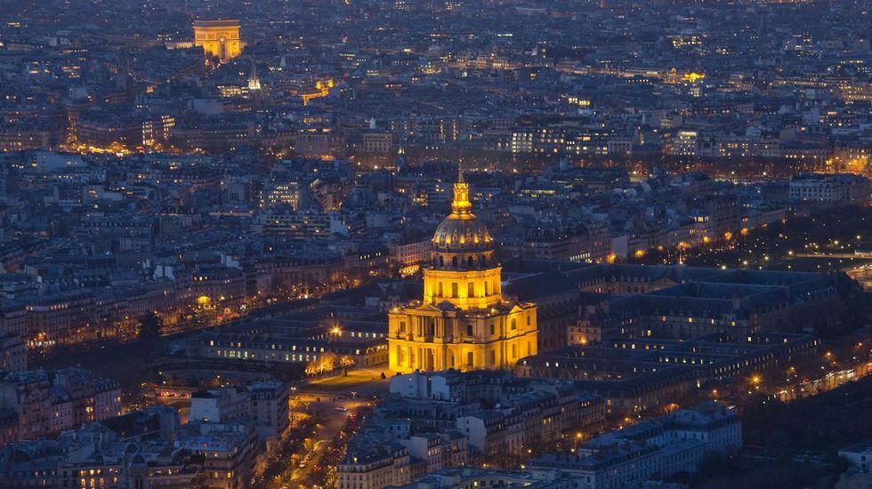 .Vista aérea nocturna de les Invalides y, al fondo, el Arco del Triunfo en la capital francesa