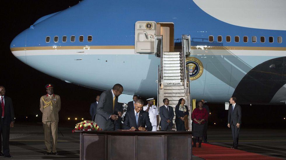 .Barack Obama firma el libro de invitados a su llegada a Kenia acompañado del presidente keniano Uhuru Kenyatta