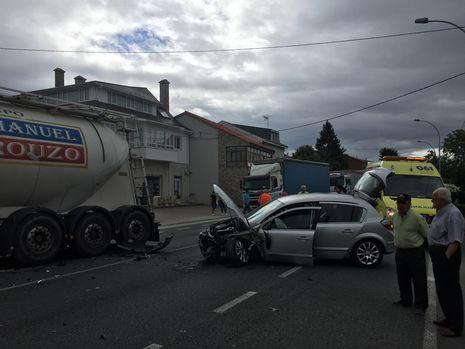 .Un coche colisionó contra un camión en Insua, en el municipio de Paderne