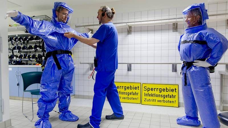 Así es el protocolo ante un caso de ébola.Un posible enfermo de ébola espera transporte para un hospital en Freetown, Sierra Leona.