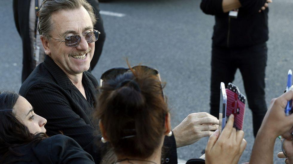 El actor inglés Tim Roth se fotografía con admiradores a su llegada al hotel que aloja a los invitados
