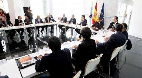 Feijoo entre Pablo Isla (Inditex), Óscar Fernández (PSA) y Juan Carlos Escotet (Abanca), en el foro que reunió a 22 grandes empresas.