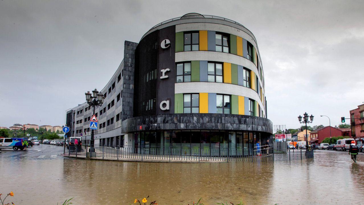 Vista de la rotonda de Cerdeño, en Oviedo, donde se han registrado inundaciones derivadas de las fuertes tormentas de hoy. La cordillera, los Picos de Europa y el litoral oriental asturiano están hoy en alerta amarilla, con una previsión de precipitaciones que podrían alcanzar los 15 litros por metro cuadrado en una hora, informa la Agencia Estatal de Meteorología (Aemet)