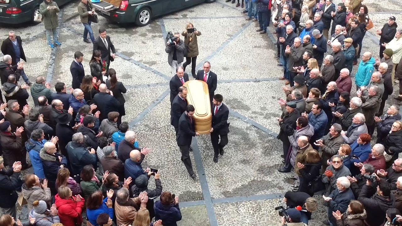 Llegada, entre aplausos, del féretro con los restos de Vicente Álvarez Areces a su capilla ardiente en el ayuntamiento de Gijón