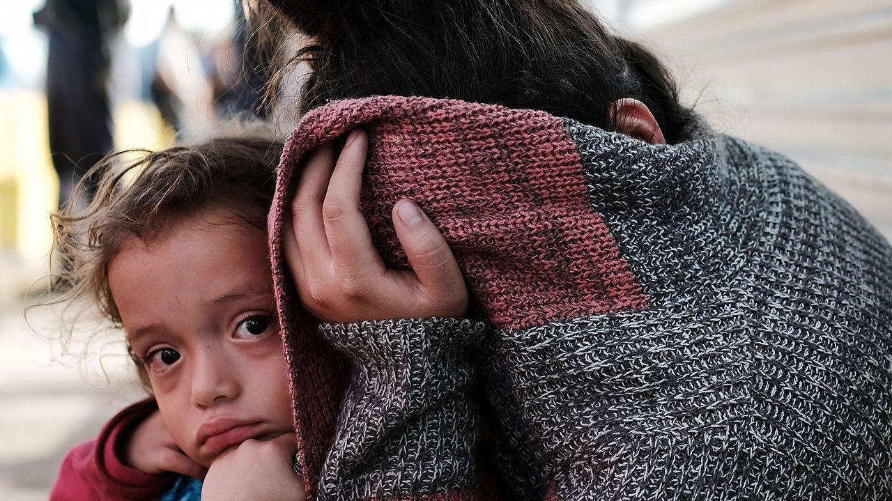 Una niña hondureña y su madre en la frontera con EE.UU.