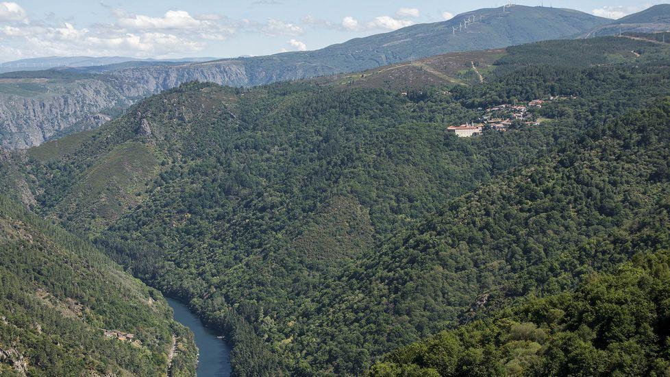 Ruta de senderismo de Moura (Nogueira de Ramuín). El Parador de Santo Estevo, visto desde lo alto del castro de Moura