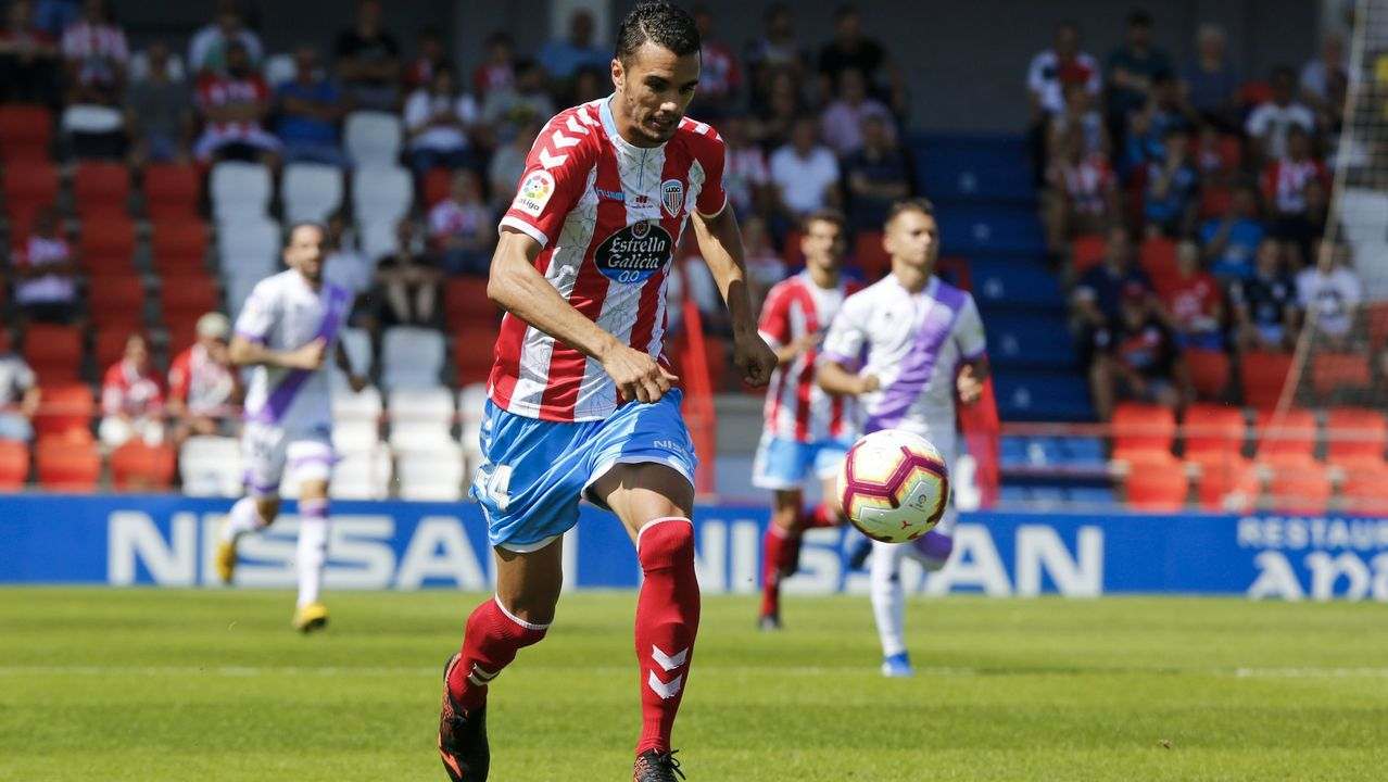 Gol Mossa Ibrahima Balde Ibra Barcenas Javi Munoz Real Oviedo Reus Carlos Tartiere.Mossa controla un balón en El Requexón