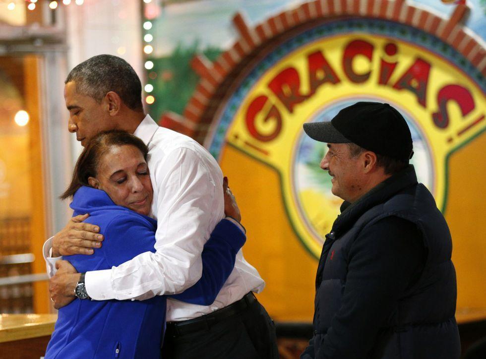 .Obama se abraza con una emigrante de origen mexicano en una visita a Nashville.