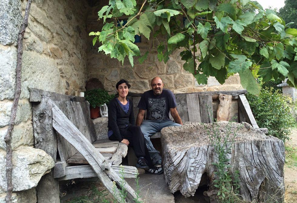 María Varela y Suso Santiso, en el rincón que consideran más especial de A Parada das Bestas.