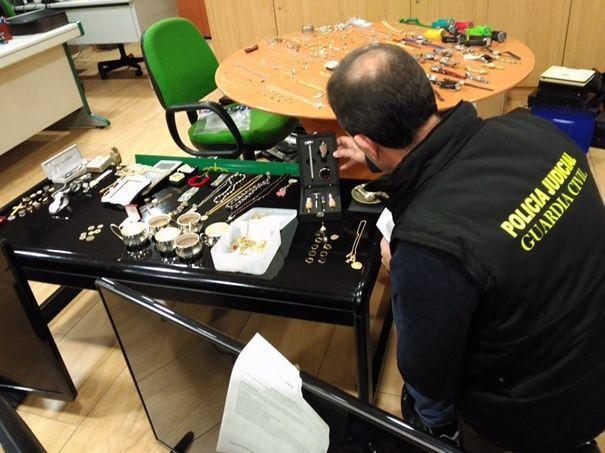 .Un guardia civil examina parte del material incautado en A Coruña.