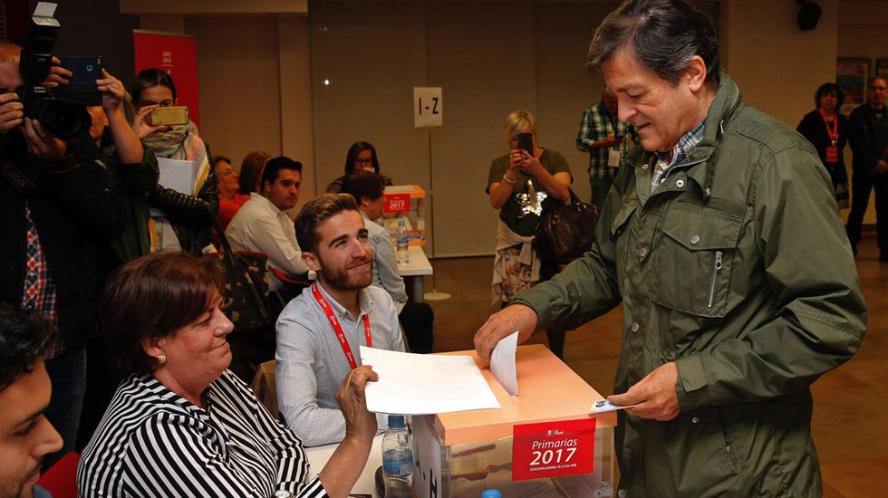 Javier Fernández vota en la agrupación socialista de Gijón.Javier Fernández vota en la agrupación socialista de Gijón