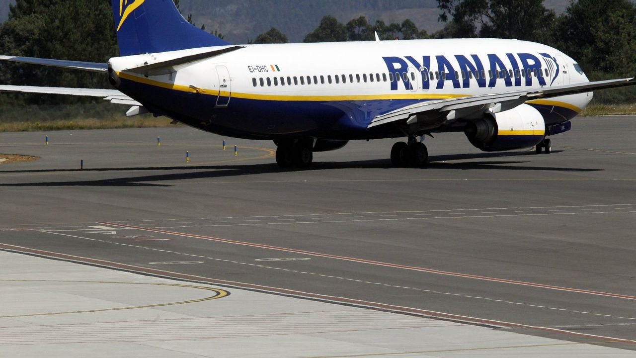 Avión de Ryanair en el aeropuerto de Santiago