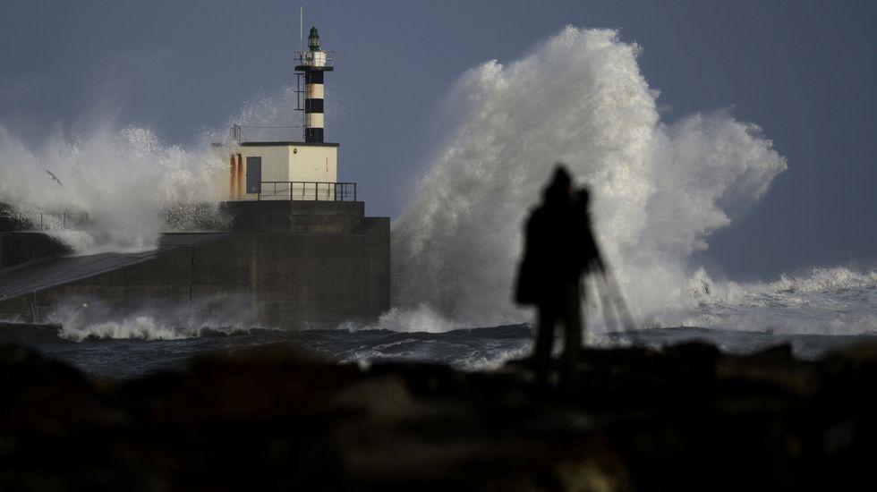 Amaia Operación Triunfo 2017.Un cámara toma imágenes de las olas estrellándose contra el puerto de San Esteban de Pravia