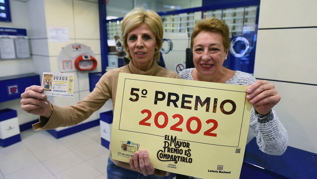 Alicia (en la imagen) y Rosa, dueñas de la administración 202 de Madrid, en la calle Francos Rodríguez, han vendido décimos del 20202, premiado con uno de los quintos premios