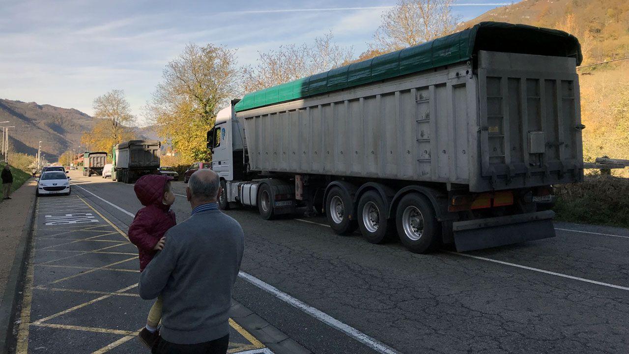 carbón, camiones, transporte, minería.Una fila de camiones desciende el puerto de San Isidro