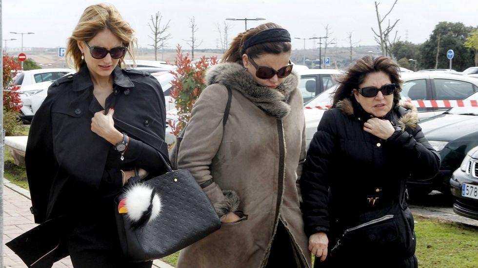 Alba Carrillo, Teresa Bueyes y Loles León, muy amigas desde que coincidieron en «Amigas y conocidas», acudiendo al tanatorio donde se veló a la periodista.