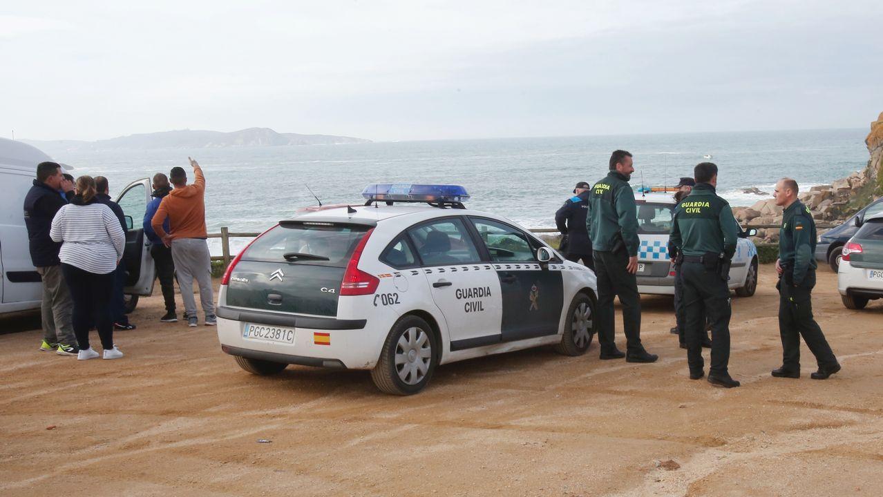 Rescate de un percebeiro que acudió en auxilio de unos buceadores en la playa de Foxos, Sanxenxo