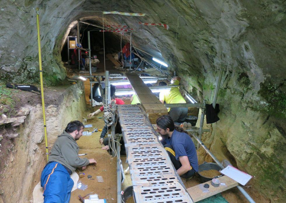 Vistas aéreas de los efectos de las intensas lluvias.Un aspecto de la última campaña de excavaciones en Cova Eirós, realizada el pasado agosto.