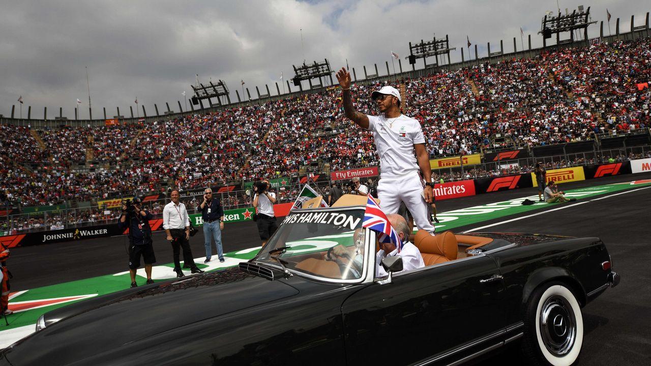 Alonso visita su escuela en Asturias y aprovecha para hacer Karting.Fernando Alonso en la entrega de los premios a los jóvenes e la prueba