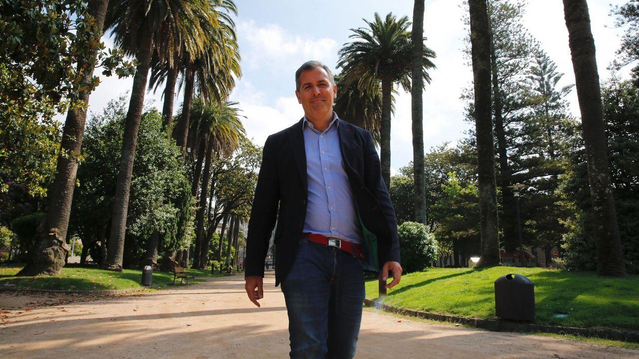 El primer acto de Gobierno sin Gobierno de Pedro Sánchez.El portavoz de Podemos, Emilio León (i), y el de IU, Gaspar Llamazares (d), conversan tras finalizar la Junta de Portavoces del Parlamento asturiano.