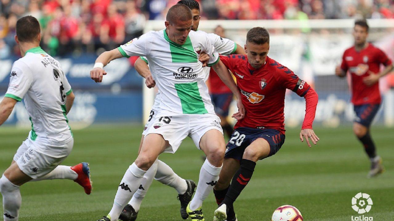 Gol Carlos Hernandez Real Oviedo Cadiz Carlos Tartiere.Lolo protege el balón ante Ibáñez en un Osasuna-Extremadura