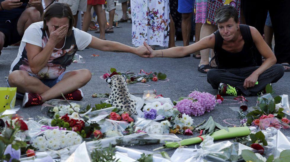 Centenares de personas piden en Ferraz un «no» a Rajoy.El camión usado en Niza
