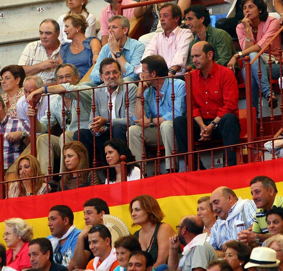 El líder nacional del PP, Mariano Rajoy; el gallego, Alberto Núñez Feijoo, y el provincial, Rafael Louzán, en el palco de la plaza de San Roque en una corrida de la feria de la Peregrina del año 2011.
