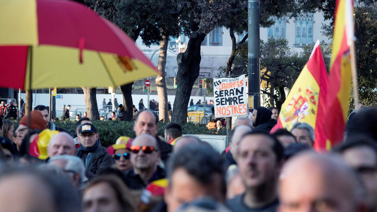 .Asimismo, y entre «vivas al Rey», el portavoz de la Coordinadora de Tabarnia criticó el desplante al rey de la alcaldesa de Barcelona y el presidente del Parlament, a los que calificó de «verdaderos pirómanos, que van en contra de la economía de la ciudad y en contra del Estado de derecho»