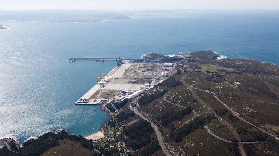 .Vista del puerto exterior de Ferrol con su enlace viario