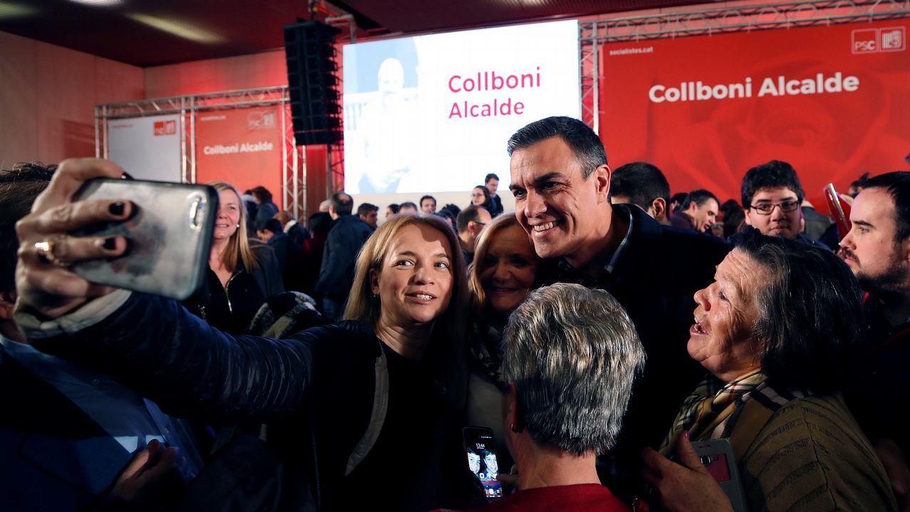 El presidente Pedro Sánchez se hace una foto con algunos de los asistentes al primer gran acto del candidato del PSC a la alcaldía de Barcelona, Jaume Collboní.