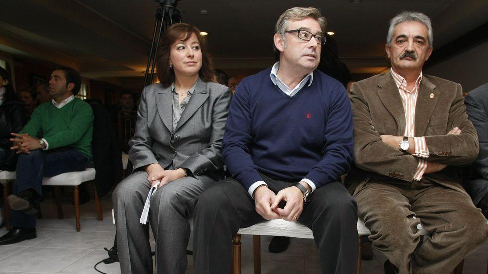 Manuel Varela (primero por la izquierda) junto a José Manuel Barreiro y Susana López Abella en el congreso local del PP tras el que acabó marchándose del partido