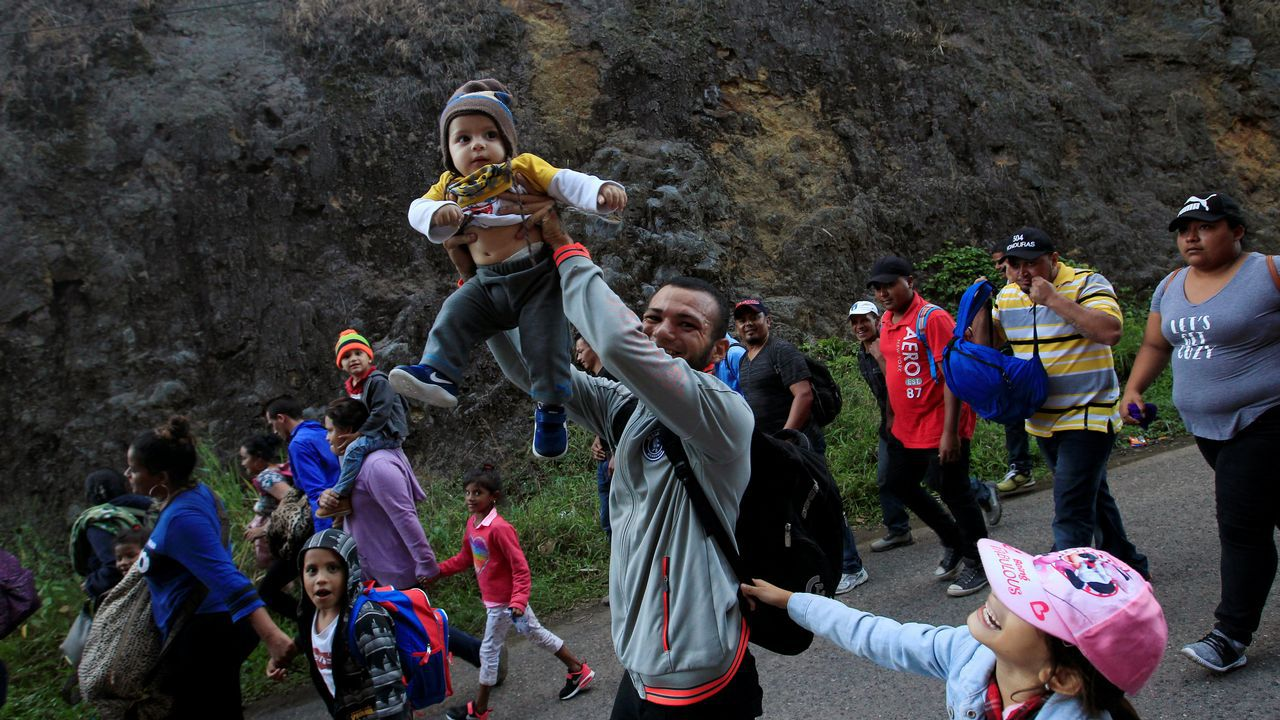 Nueva caravana de migrantes de Honduras a Estados Unidos.Azucena Esteban atiende a una mujer en uno de los campamentos saharahuis