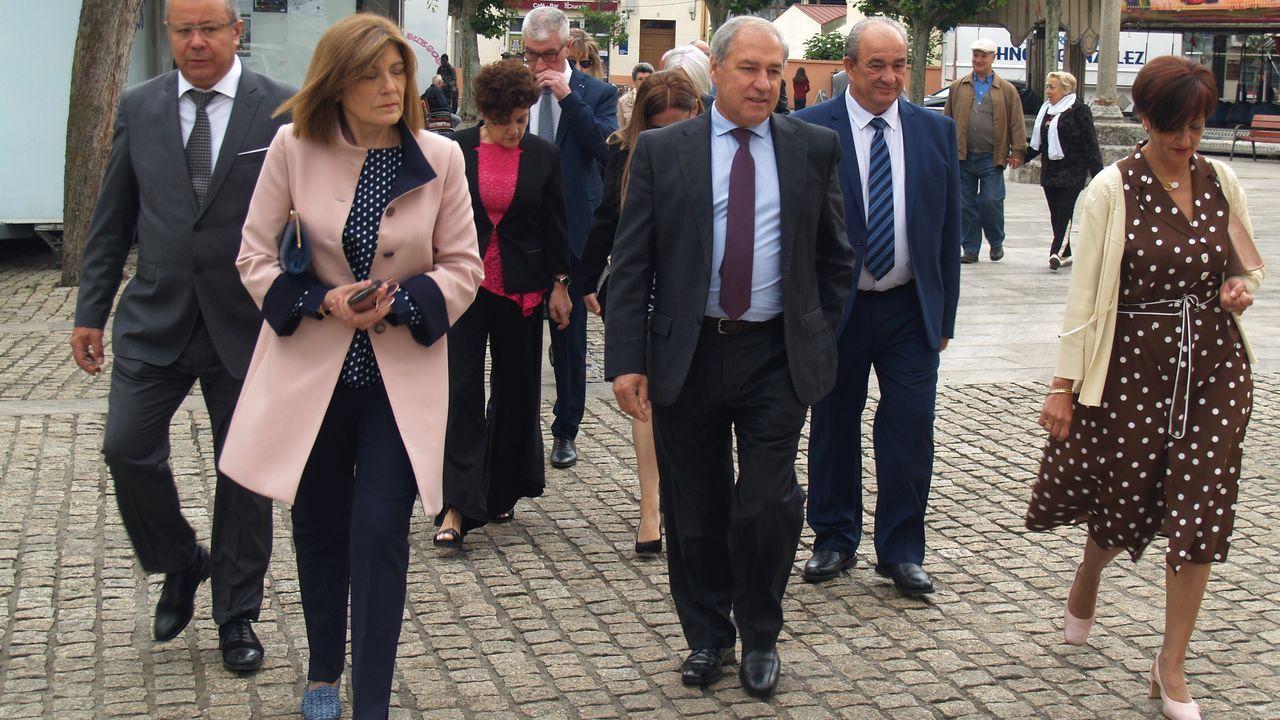Tomé, antes del pleno de investidura, con su mujer (a la izquierda) y los concejales del grupo de gobierno